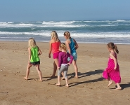 kids_beach_walk_piratescreekaccommodation